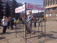Годовщина «яичного воскресенья»: Путин в клетке и ватрушки от нардепа