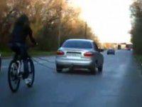 На Хортице запорожанка каталась на велосипеде, привязанном к автомобилю (Видео)