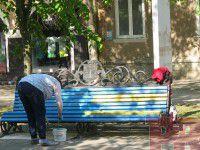 В Бердянске коммунальщики закрашивают патриотичные лавочки