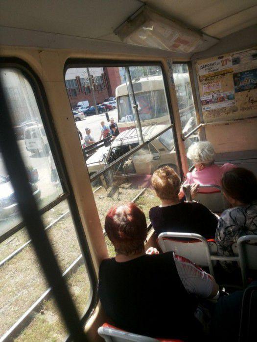 В Запорожье трамвай врезался в легковушку, протащив ее несколько метров