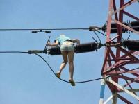 В Запорожской области девушка зацепилась за высоковольтные провода