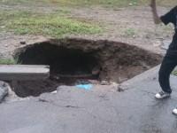 После дождя в Запорожье образовались ямы по пояс