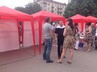 В Запорожье под мэрией установили палатки и собирают мелочь (Фото)