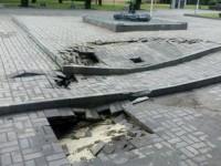 В Запорожье сильный дождь повредил плитку на Аллее Славы