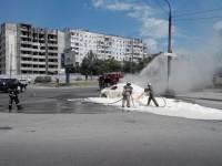 В Запорожье загоревшийся посреди дороги автомобиль тушили пеной (Фото)