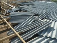 В Запорожской области сильный ветер сорвал со здания училища крышу