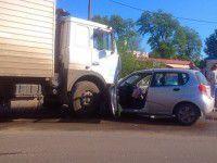 Возле запорожского колледжа грузовик смял легковушку
