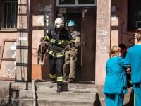 В Запорожье пожарные эвакуировали из горящего дома жильцов вместе с котом (Фото)