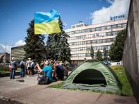 В Запорожье митингующие активисты «Правого сектора» собрались ночевать под ОГА в палатках (ФОТО)