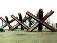 Запорожские заключенные делают для военных противотанковые «ежи»