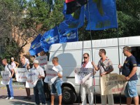 В Бердянске активисты пикетировали суд под флагами «Партии регионов»