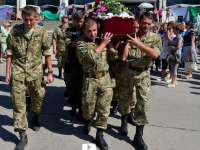 Погибшего энергодарского бойца похоронили рядом с отцом