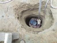 В Запорожской области пенсионерка упала в яму со смолой