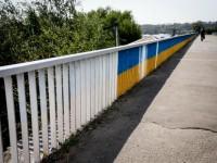 В Запорожье патриотичный мост попытались перекрасить в белый