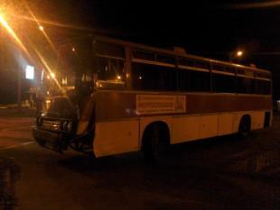 На Бабурке заводской автобус столкнулся с легковушкой
