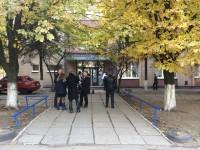 В Запорожье люди в черном заблокировали избирательный участок