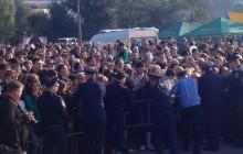 Запорожцы смели кордон милиции, прорываясь к праздничному торту (Видео)