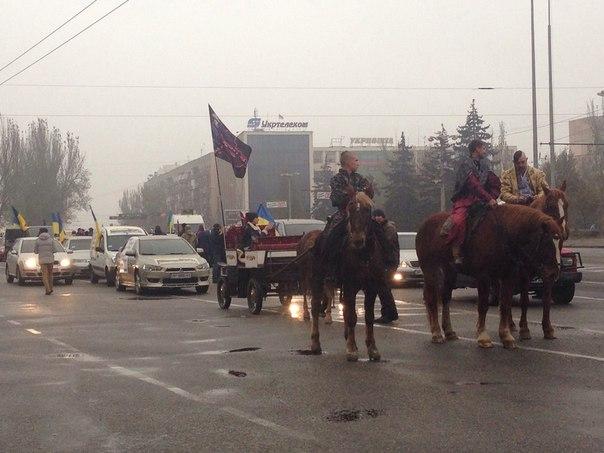 """В Запорожье против прихода """"донецких"""" митинговали казаки на лошадях (Фото)"""