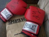 Известный боксер отдал свои перчатки на запорожский аукцион