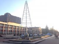 В центре Запорожья начали ставить елку