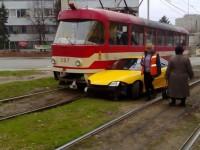 В Запорожье водитель иномарки врезался в трамвай и скрылся с места ДТП (ФОТО)