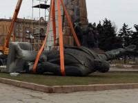 Фотофакт: Самый большой Ленин страны лег возле пъедестала
