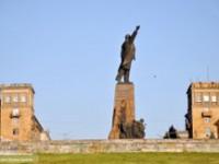 Видео дня: Памятник Ленину «утонул» в цветах