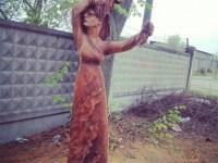 Фотофакт: Запорожец создал из дерева женщину