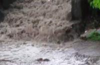 Жители запорожской многоэтажки назвали потоп во дворе «Дунайским водопадом» (Видео)