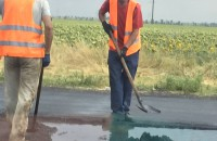 В Запорожской области начальника дорожной службы уволили из-за укладки асфальта в лужи
