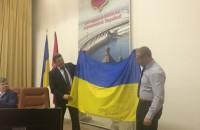 Запорожскому депутату передали на фронт флаг с автографами коллег
