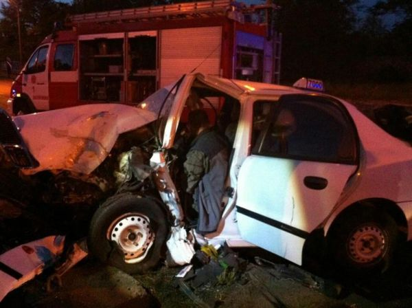 ВЗапорожье такси врезалось встолб: авто всмятку, двое пострадавших