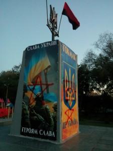 Активисты объявили награду за помощь в поимке вандалов, изуродовавших памятники (Фото)