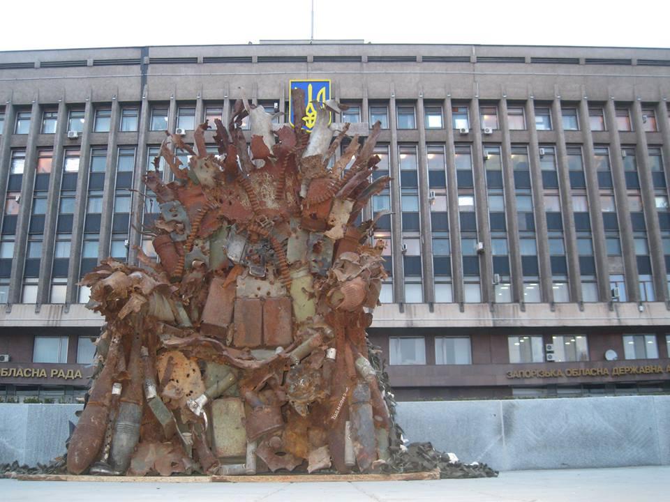 Запорожцам представили 600-килограммовый железный… престол иззоны АТО