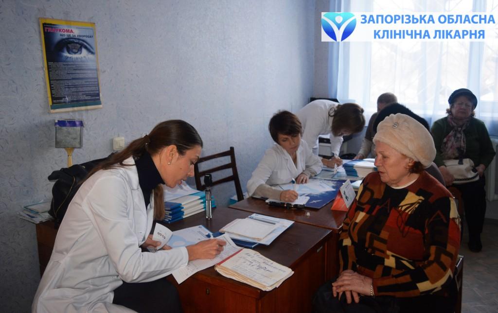Наталья Унгурян, заведующая центром микрохирургии глаза дает рекомендации пациентке с катарактой