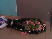 Под двери помощника депутата подбросили венок