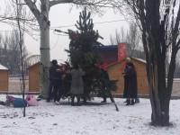 На Фестивальной появились еще две наряженных елки (фото)