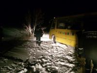 На запорожской трассе в снегу застрял школьный автобус