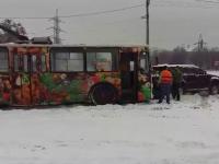 В Запорожье водитель внедорожника взял на буксир застрявший в снегу троллейбус (Видео)