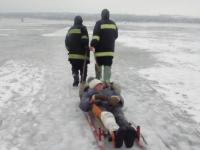 Спасатели несколько километров везли на санях пострадавшего рыбака