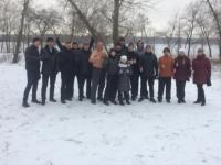 Запорожский депутат делает зарядку на берегу замерзшего Днепра
