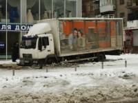 Неудачно припарковался: в центре Запорожья грузовик провалился под землю
