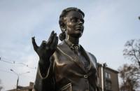 Вандалы изуродовали памятник героине «Весны на Заречной улицы» (Фото)