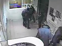 В сети опубликовано видео, на котором полицейскому проломили голову