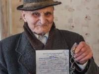 Уже и не надеялся: 90-летний ветеран получил квартиру