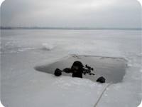 В Запорожье водолаз нырнул в ледяную воду в поисках ангела (Фото)