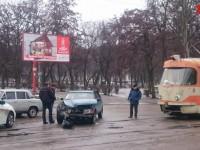 В Запорожье легковушка врезалась в трамвай (фото)