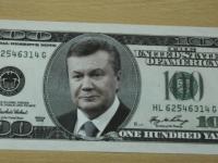 В центре Запорожья раздавали необычные доллары