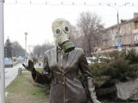 В центре Запорожья надели противогазы на памятники