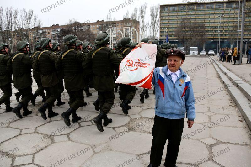 """Фотофакт:  марширующих нацгвардейцев провоцировал мужчина в куртке """"Russia"""""""